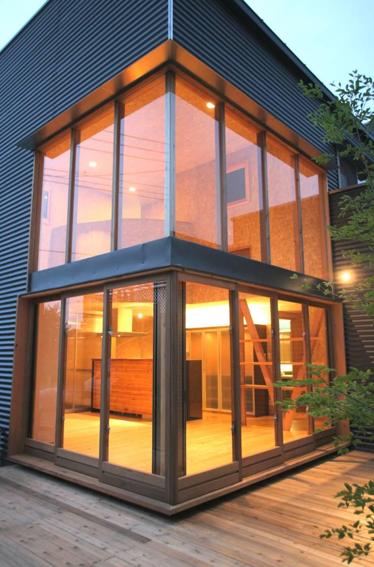 外観 木製カーテンウォール: 株式会社高野設計工房が手掛けた木造住宅です。