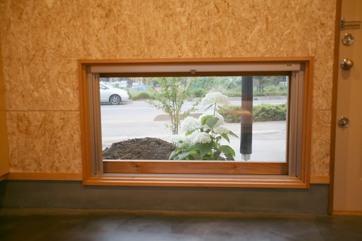 ピクチャーウインドー: 株式会社高野設計工房が手掛けた木製サッシです。