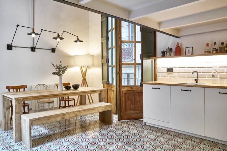 Cocina en el Born (Barcelona): Cocinas integrales de estilo  de Mako Mako Bcn by Room Global
