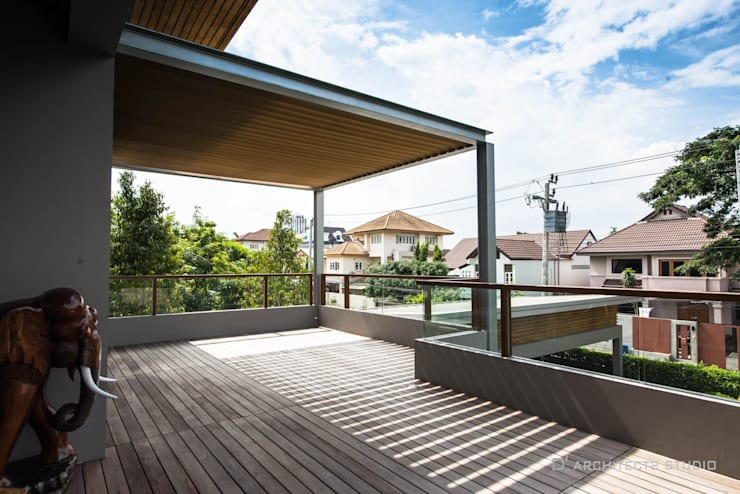 LINEAGE HOUSES:  ระเบียง, นอกชาน by D' Architects Studio