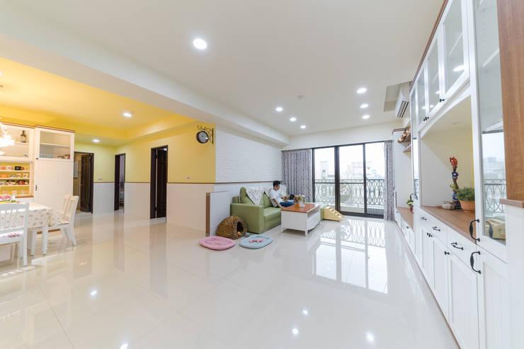 白文化石客廳沙發背牆延伸至黃色牆面的廊道:  客廳 by 藏私系統傢俱