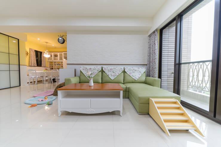 客廳芥末綠沙發組及鄉村風大茶几:  客廳 by 藏私系統傢俱