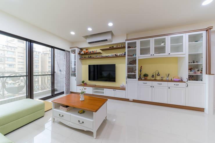 經典鄉村風系統電視櫃牆延伸至展示櫃:  客廳 by 藏私系統傢俱