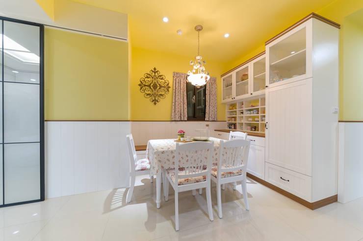 鄉村風小碎花白色餐桌椅:  餐廳 by 藏私系統傢俱