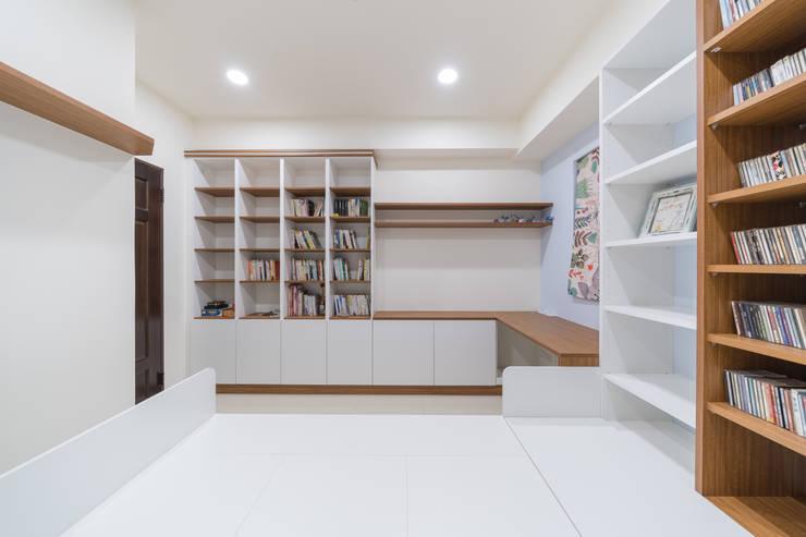 跳色鄉村風書櫃及收納櫃:  書房/辦公室 by 藏私系統傢俱