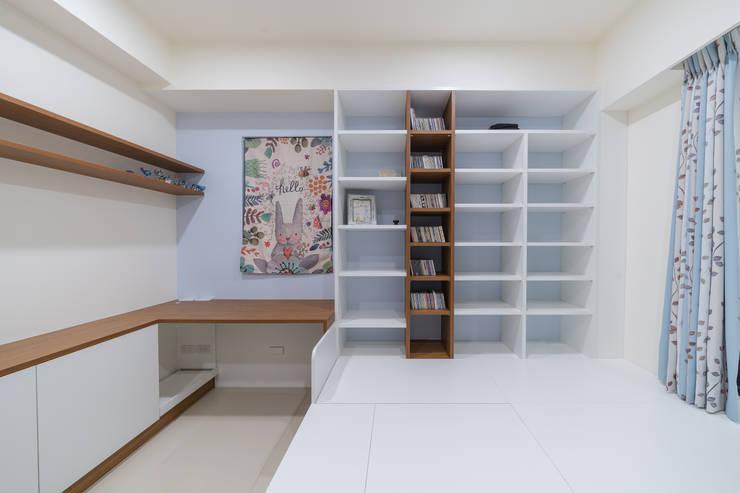 L型大書桌延伸和室置物櫃:  書房/辦公室 by 藏私系統傢俱
