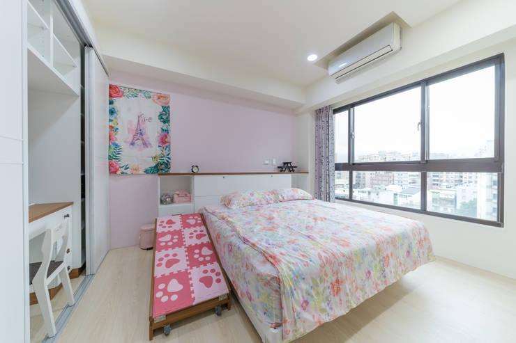 經典鄉村風床頭櫃:  臥室 by 藏私系統傢俱