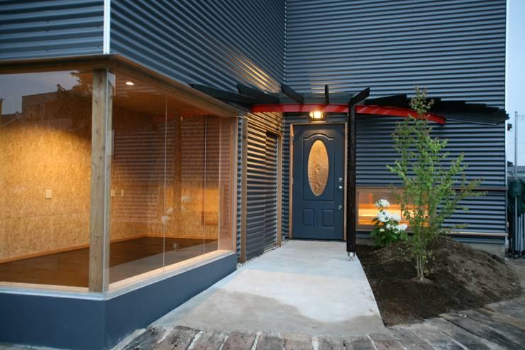 アプローチ: 株式会社高野設計工房が手掛けた家です。
