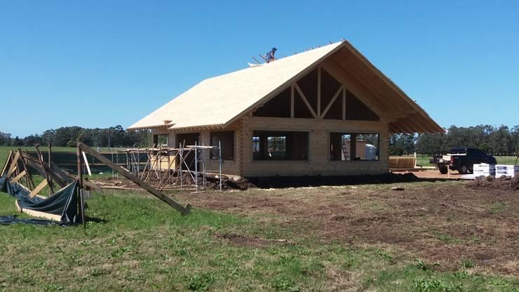 Casa en Uruguay (Construcción en 15 días) Superficie cubierta de 130 m2: Casas de estilo  por Patagonia Log Homes - Arquitectos - Neuquén