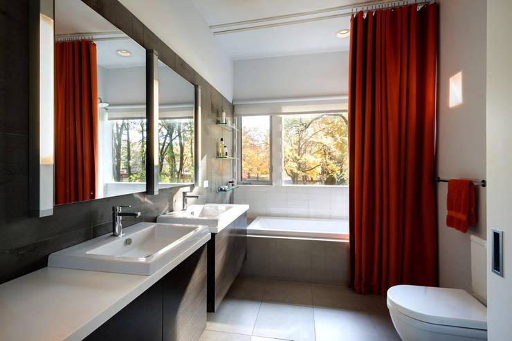 Burningwood Baths:  Bathroom by KUBE Architecture