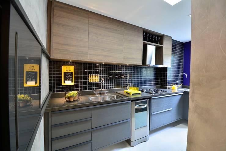 Apartamento Modelo para Público Jovem Descolado: Armários e bancadas de cozinha  por BG arquitetura