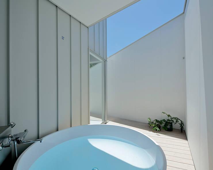 八ヶ岳の離れ: 稲山貴則 建築設計事務所が手掛けた浴室です。