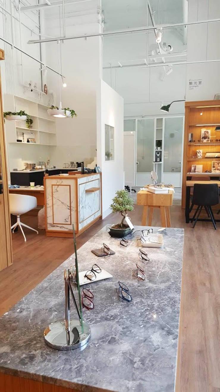 精緻挑選的大理紋石板的展示櫃:  辦公空間與店舖 by XY DESIGN - XY 設計