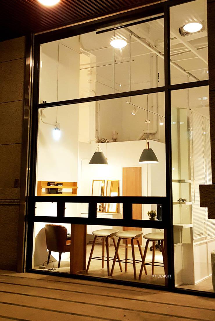 夜晚的商店由外望入:  辦公空間與店舖 by XY DESIGN - XY 設計