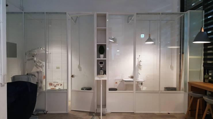 純白的檢查空間:  辦公空間與店舖 by XY DESIGN - XY 設計