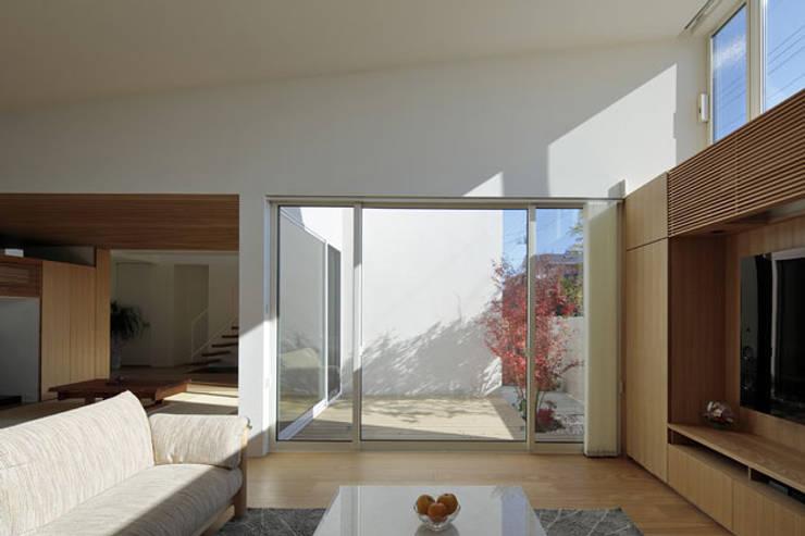 分節と連続の家: 株式会社Fit建築設計事務所が手掛けたリビングです。