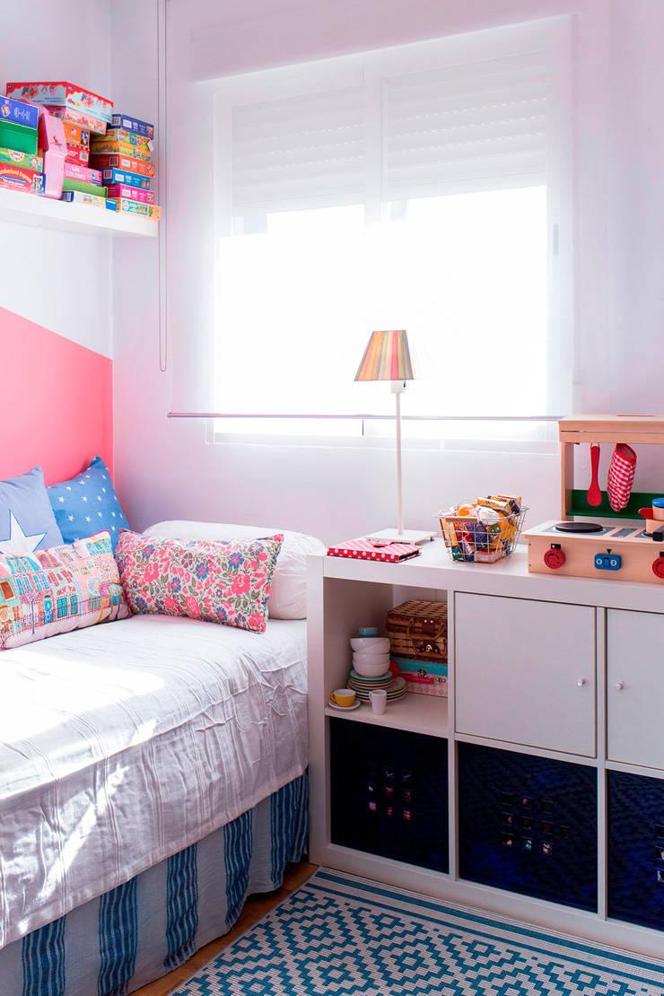 Cuarto infantil con escritorio compartido: Dormitorios infantiles de estilo  de Isabel Escauriaza