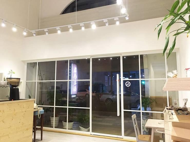 日系無印x法樂里咖啡館:  辦公室&店面 by 業傑室內設計