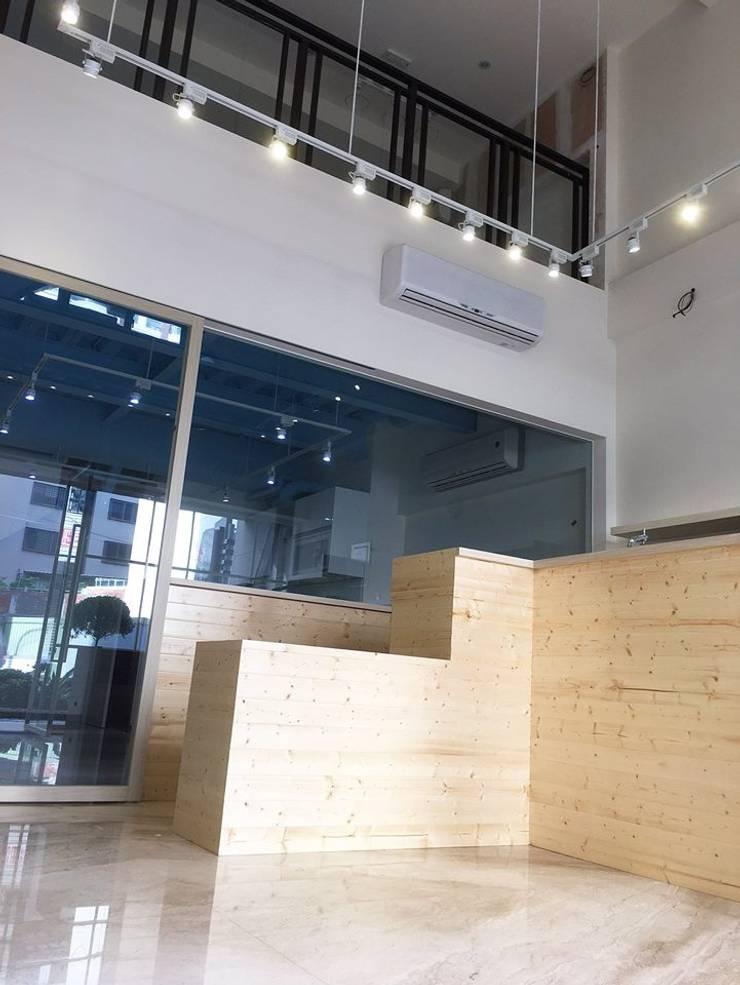 日系無印x法樂里:  辦公室&店面 by 業傑室內設計