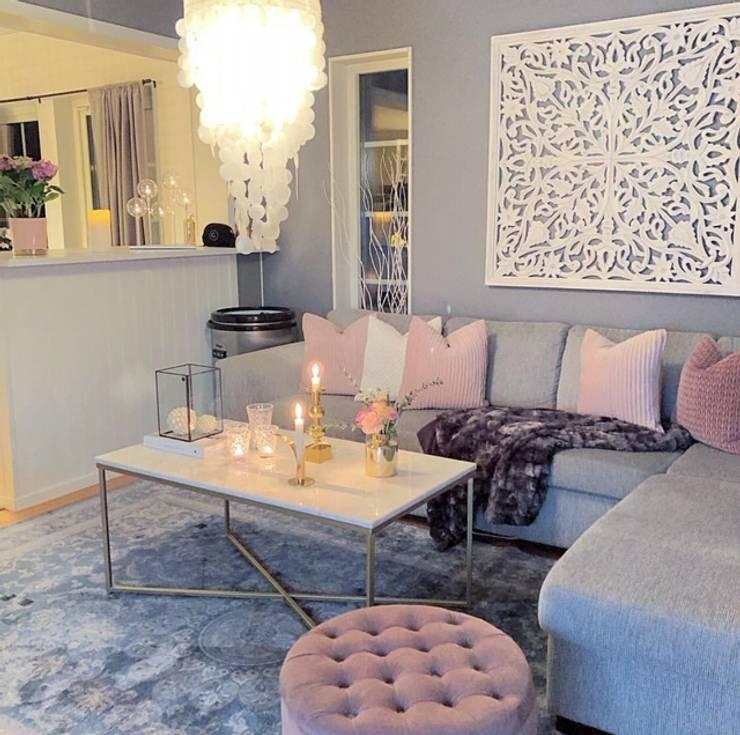 A casa Rosa: Salas de estar modernas por AL Interiores