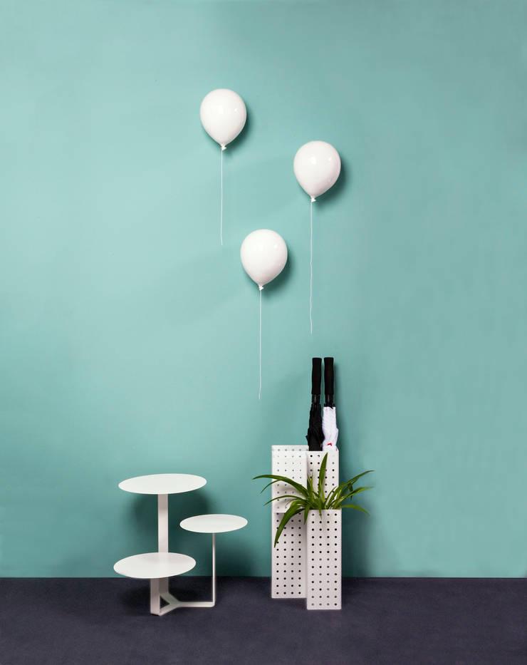 """Ingresso d'effetto con i palloncini in ceramica """"Balloons"""": Ingresso, Corridoio & Scale in stile  di Creativando Srl"""