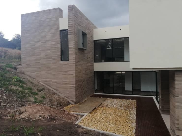 PATIO CENTRAL: Casas de estilo  por IngeniARQ Arquitectura + Ingeniería