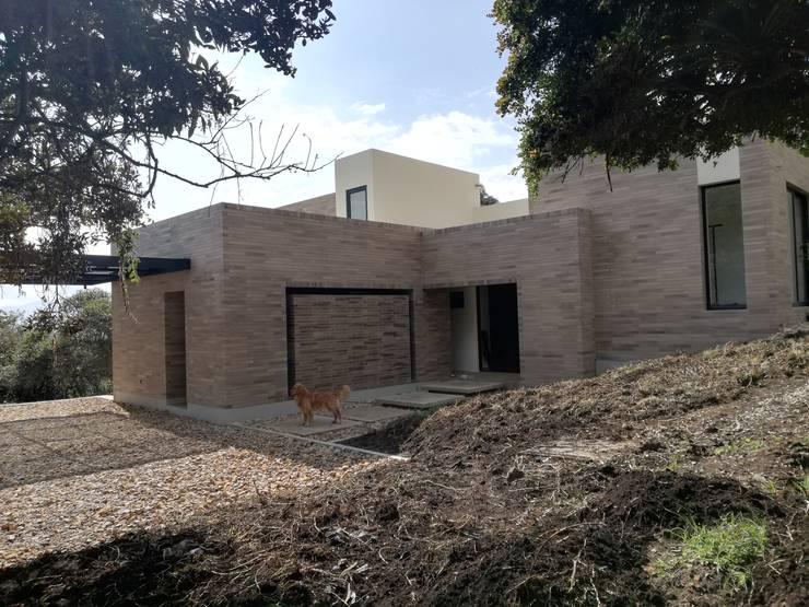ACCESO PRINCIPAL: Casas de estilo  por IngeniARQ Arquitectura + Ingeniería
