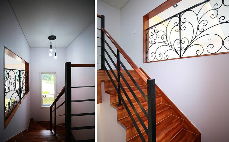 주택 내부: 더존하우징의  계단,