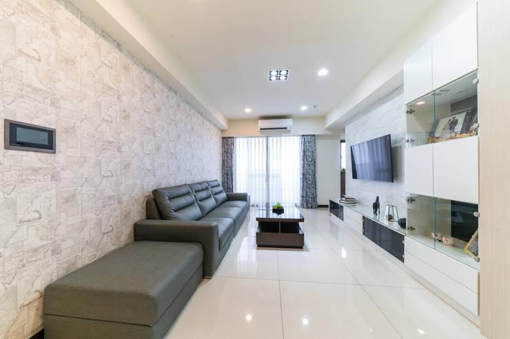 世界地圖為主的沙發背牆:  客廳 by 藏私系統傢俱