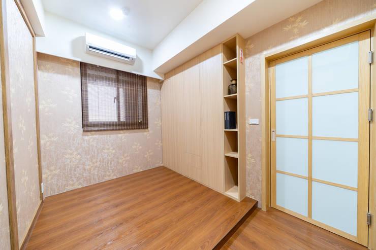 淺木色調自然溫暖和式房:  臥室 by 藏私系統傢俱