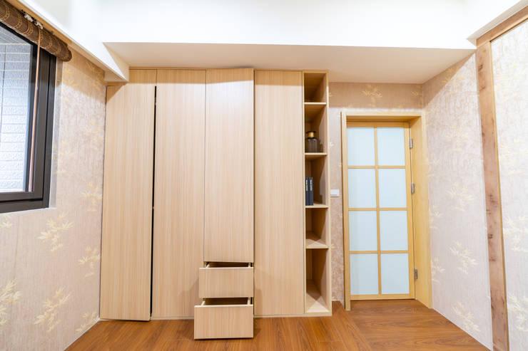 淺木色調自然溫暖和式大衣櫃:  臥室 by 藏私系統傢俱