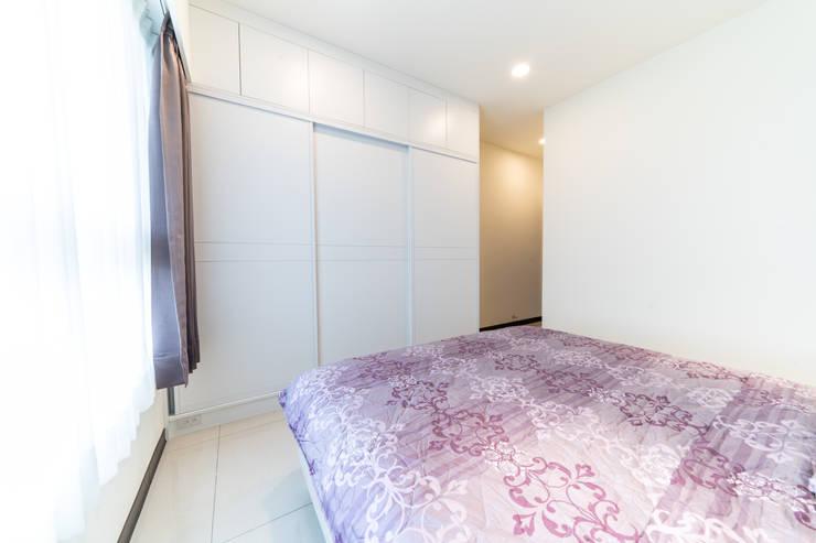 烤白設計系統推拉門大衣櫃:  臥室 by 藏私系統傢俱