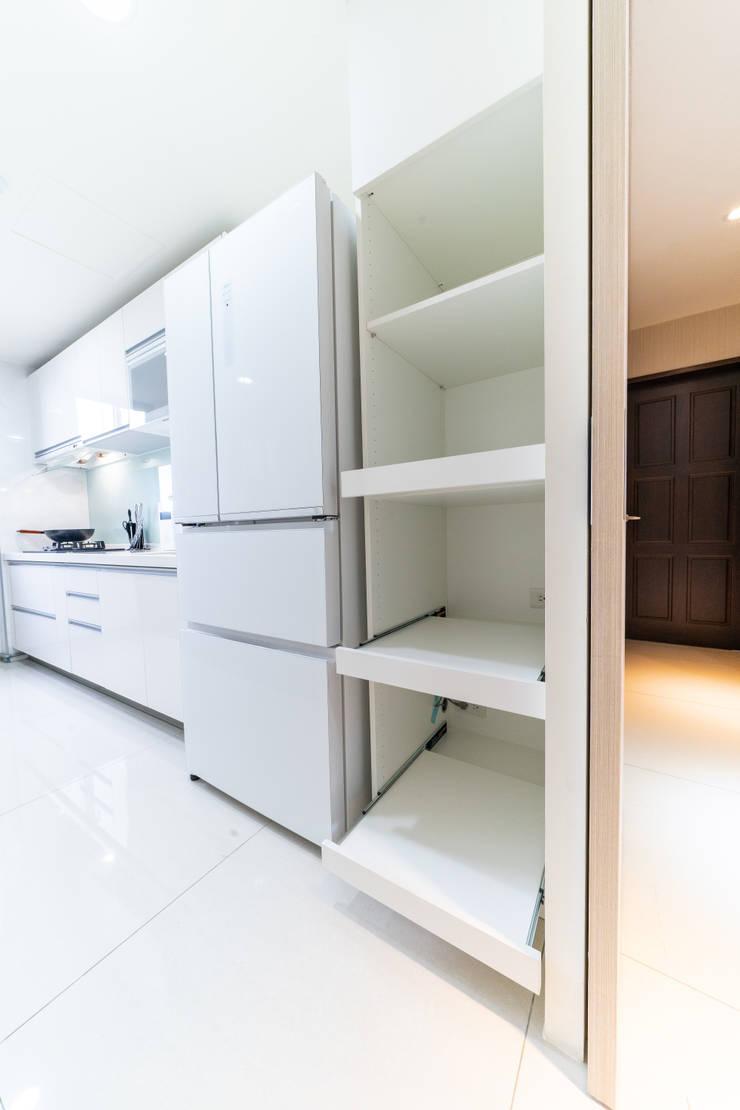 電器收納櫃(抽拉盤設計):  廚房 by 藏私系統傢俱