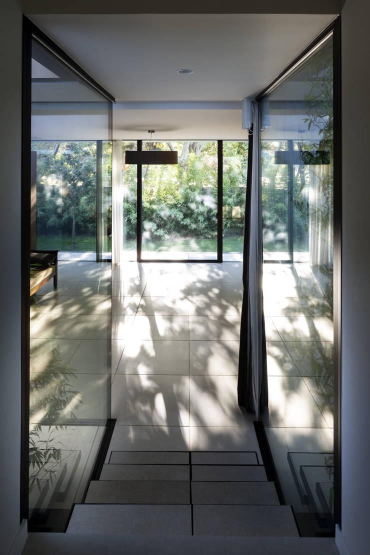 Pasillos y recibidores de estilo  por Brengues Le Pavec architectes