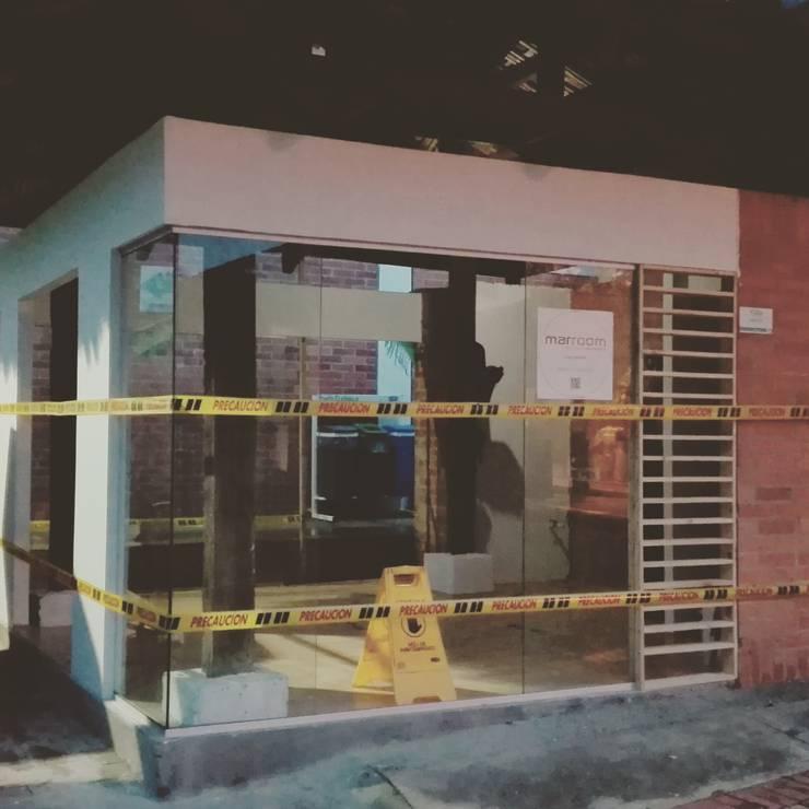 Tienda 1: Fachada lateral:  de estilo  por MARROOM | Diseño Interior - Diseño Industrial