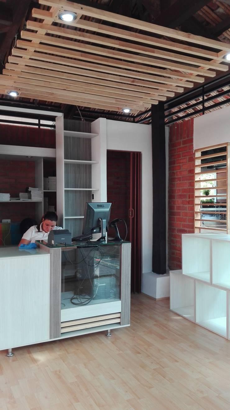 Tienda 1: Interior:  de estilo  por MARROOM | Diseño Interior - Diseño Industrial