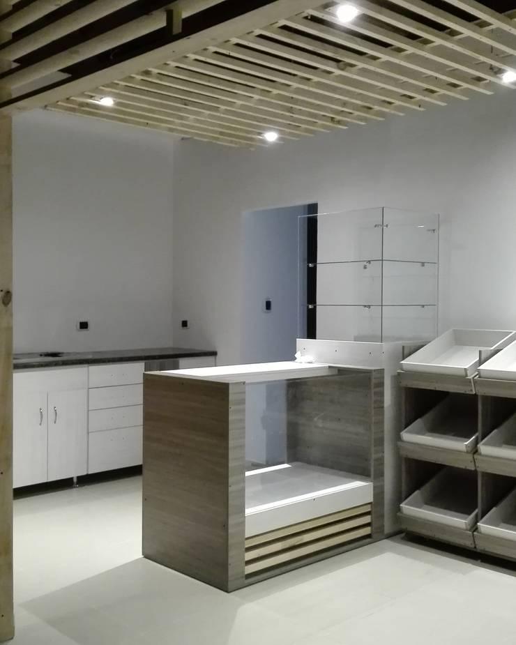 Tienda 2: Mobiliarios:  de estilo  por MARROOM | Diseño Interior - Diseño Industrial
