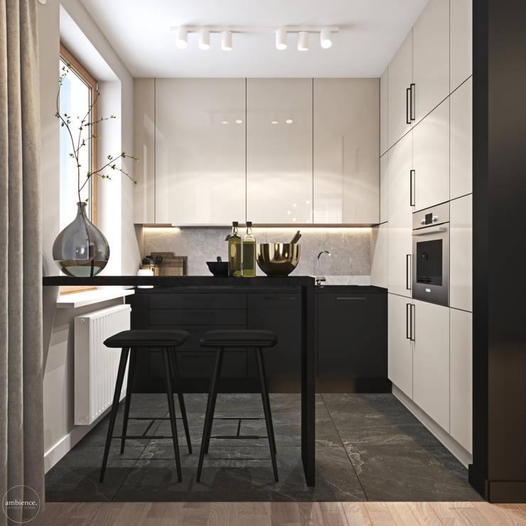 Odważne mieszkanie z czerwienią: styl , w kategorii Kuchnia zaprojektowany przez Ambience. Interior Design