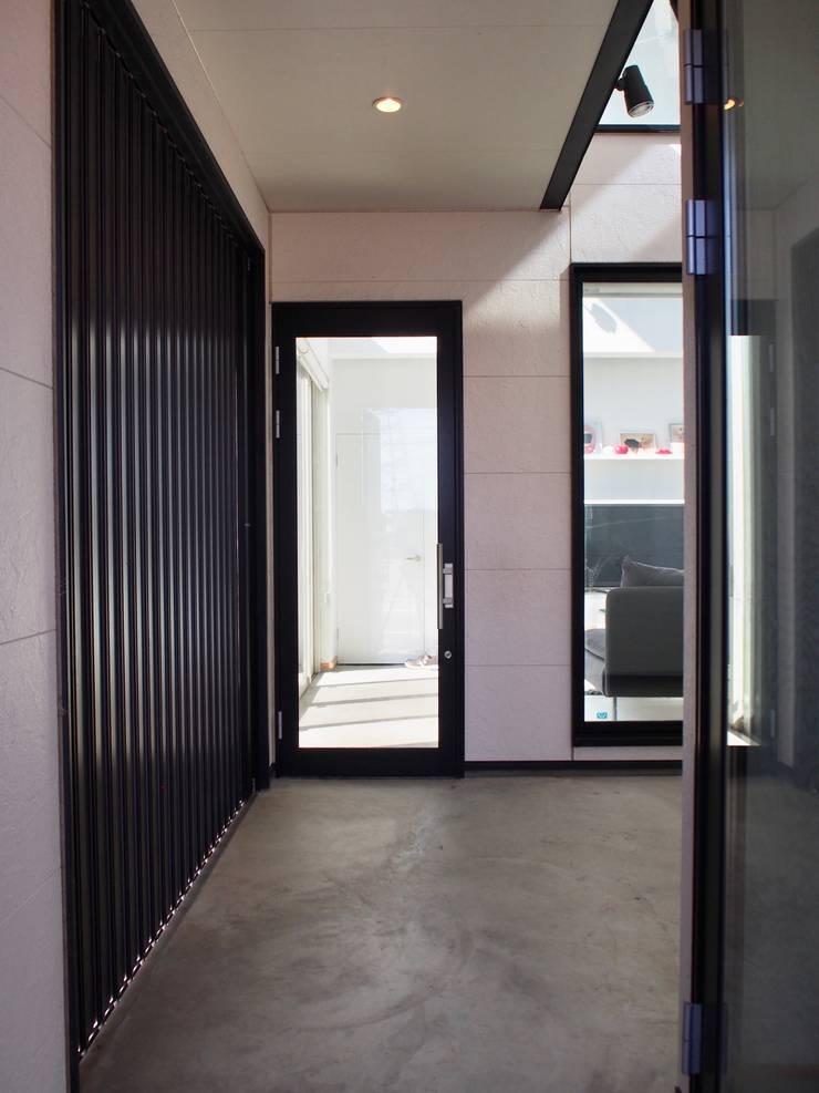 中庭の家: RAI一級建築士事務所が手掛けた廊下 & 玄関です。,