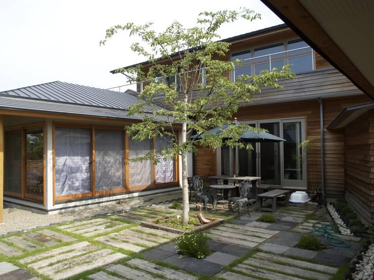 Chalés e casas de madeira  por 株式会社高野設計工房 , Campestre