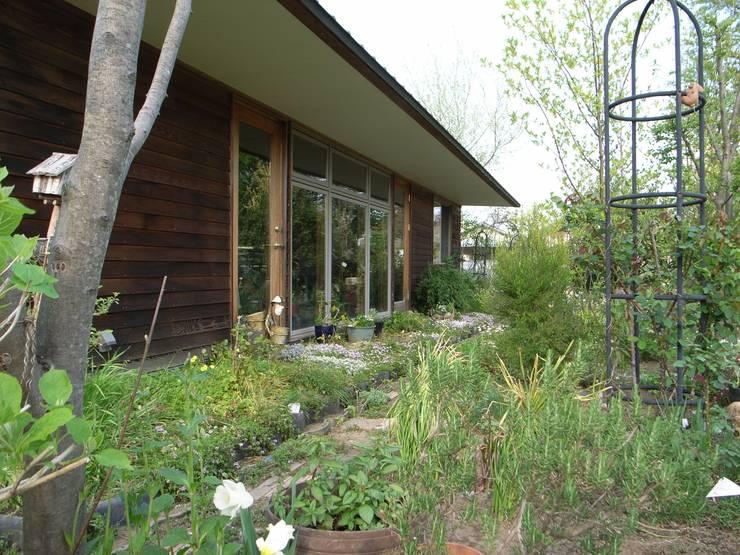 Jardins  por 株式会社高野設計工房 , Campestre