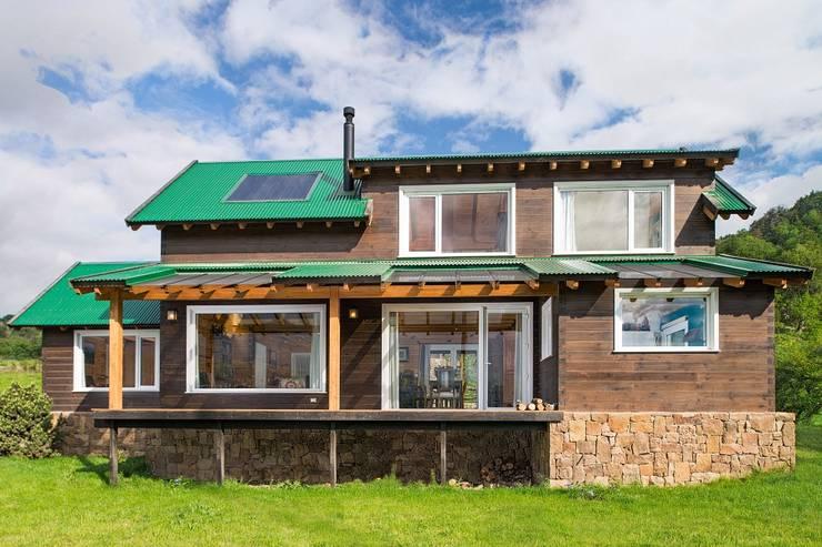Casa Construida con Troncos de Madera – Patagonia Log Homes: Casas de madera de estilo  por Patagonia Log Homes - Arquitectos - Neuquén,