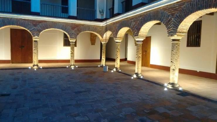 Iluminacion Patio Interior Principal: Paredes y suelos de estilo  por JLS ILUMINACIONES S.A.S.