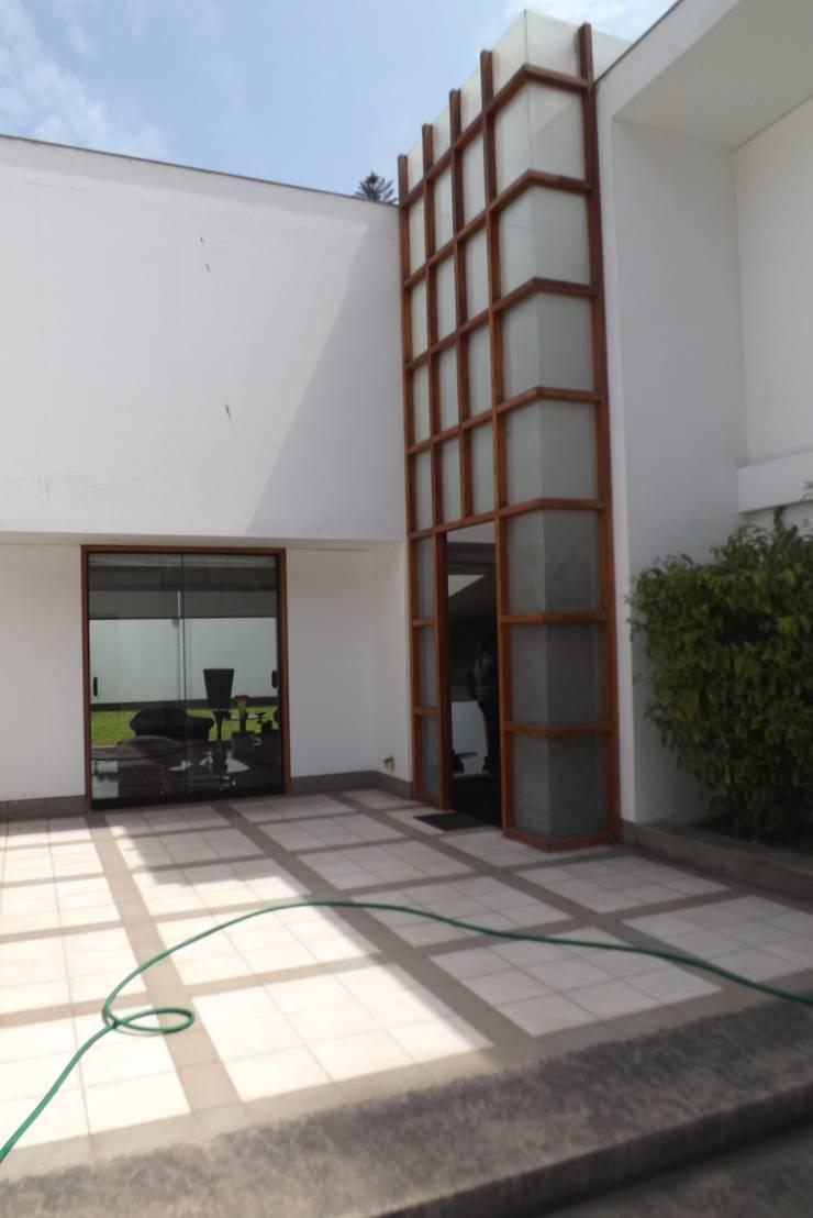 ENTRADA CASA: Casas de estilo  por L&E Inmobiland,