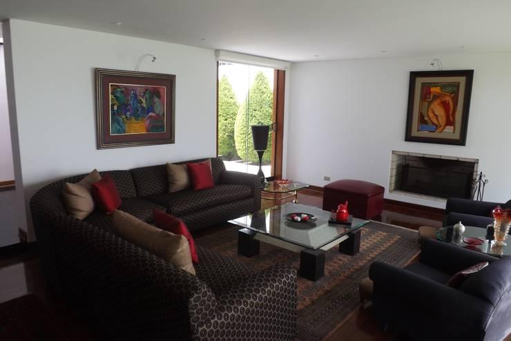 SALON: Salas / recibidores de estilo  por L&E Inmobiland,