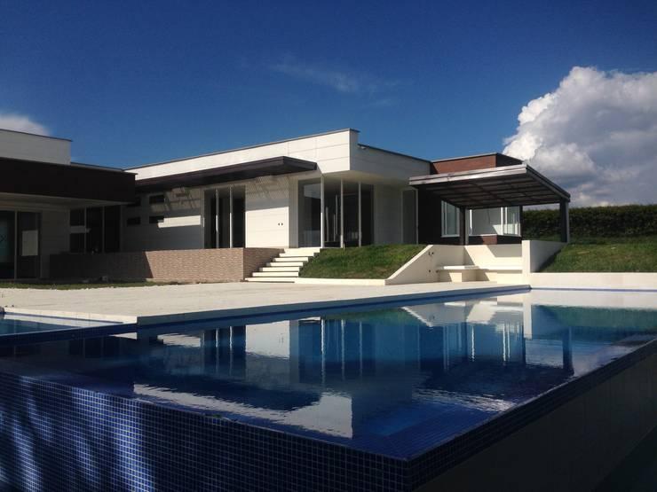 Casa Campestre Pereira: Casas campestres de estilo  por JLS ILUMINACIONES S.A.S., Minimalista Concreto