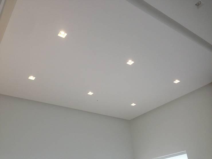 Casa Campestre Interior: Techos planos de estilo  por JLS ILUMINACIONES S.A.S.