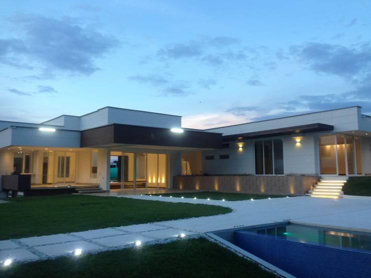 Casa Campestre Pereira: Jardines frontales de estilo  por JLS ILUMINACIONES S.A.S., Moderno