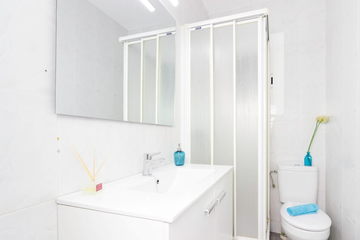 Baño:  de estilo  de Dekowow Home Staging