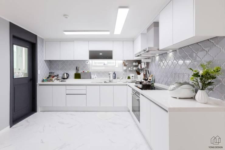 25년된 아파트의 재탄생 [꿈마을 한신 아파트 61평 리모델링]: YONG DESIGN의  주방,모던